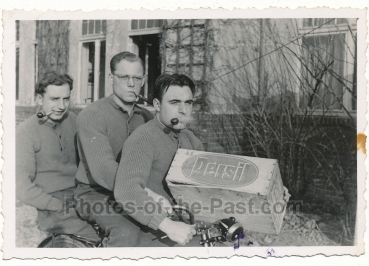Soldaten mit Persil Kiste