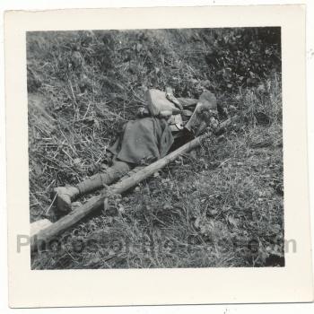 Toter französischer Soldat im Straßengraben