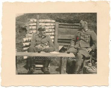 Deutsches Kreuz in Gold Träger der Infanterie mit Sturmabzeichen EK I und Verwundeten Abzeichen vor Bunker