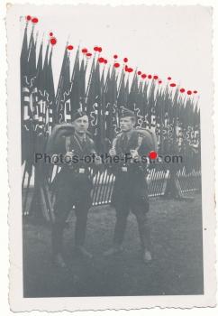 Deutsche Arbeitsfront DAF Männer vor Fahnen in Nürnberg