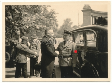 NSDAP Partei Offizier vor PKW