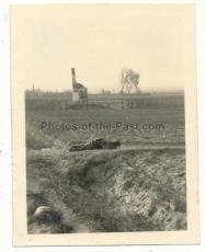 Toter Soldat auf eienm Feld an der Ostfront