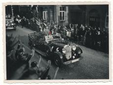 Adolf Hitler im Mercedes Benz PKW in Springe auf dem Weg zum Bückeberg 1933
