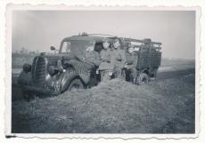 Waffen SS Männer am Ford V 8 LKW Messtrupp Das Reich in Großbeeren 1941