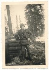 Waffen SS Unterscharführer mit Palmentarnjacke Stahlhelm Tarnbezug Fernglas Stielhandgranate P 08 am Ostfront Bunker