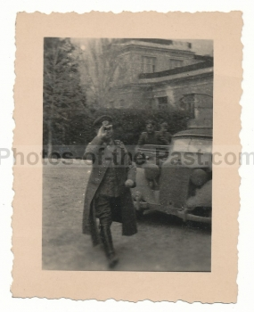 Ritterkreuzträger des Heeres vor Mercedes Benz PKW