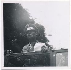 Generalfeldmarschall Erwin Rommel mit Pour le Merite und Ritterkreuz im Kübelwagen