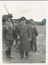 Generalfeldmarschall Kesselring auf dem Flugplatz in Minsk Belarus - Ritterkreuzträger der Luftwaffe