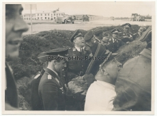 Generalfeldmarschall Kesselring in einem Splitterschutzgraben auf einem Flugplatz im Osten - Ritterkreuzträger der Luftwaffe
