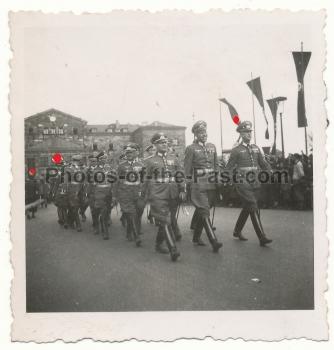 Offiziere der Wehrmacht bei Parade