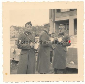 NSKK Offiziere vor ihren Fahrzeugen