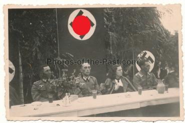Wehrmacht Offiziere vor Hakenkreuz Fahnen ....