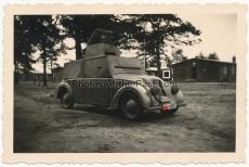 Waffen SS Mann in einer Panzerwagen Attrappe mit Kfz Kennzeichen SS-4153