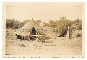 Deutsches Afrika Korps DAK Landser mit Pfaff Nähmaschine vor Zelt