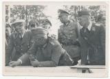 Adolf Hitler Reichsführer SS Heinrich Himmler und Offiziere am Feldflugplatz Kielce Polen 1939