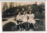Waffen SS Mann mit Kameraden und Frauen ....