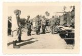 Generalfeldmarschall Erich von Manstein bei einer Bäckereikompanie an Backofen Anhängern