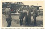 Ritterkreuzträger der Gebirgsjäger Offiziere vor Fieseler Storch Fi 156 Flugzeug