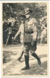 Wehrmacht Ritterkreuzträger General mit einem verbündeten ausländischen Ritterkreuzträger Offizier