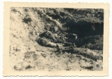 Toter Soldat in einem Graben