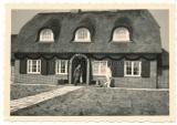 Generalfeldmarschall Hermann Göring vor seinem Haus MIN LÜTTEN auf Sylt in Wenningstedt 1939