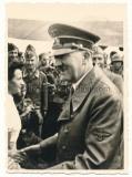 Adolf Hitler und Benito Mussolini auf einem Flugplatz im Osten