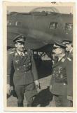 Adolf Galland mit Offizieren vor einem Heinkel He 111 Flugzeug - Ritterkreuzträger der Luftwaffe