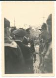 U Boot Kommandant Ritterkreuzträger Schultze spricht mit seinen Männern auf U 48