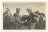 Verleihung des Ritterkreuzes (aus Pappe) an Uffz. Trumpelt