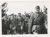 Adolf Hitler mit einem Offizier des Heeres
