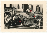 Adolf Hitler mit Schutz der SS Leibstandarte in Klagenfurt 1938