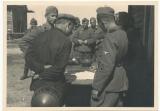 Waffen SS Männer vernehmen einen Gefangenen an der Ostfront