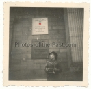 Konvolut 2 Fotos Frau vor Reichskanzlei Berlin