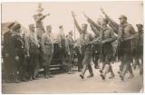 Hitlerjugend HJ Ostland Königsberg Ostpreußen marschiert vor Adolf Hitler im PKW - links Kommandeur der SS Leibstandarte Sepp Dietrich neben SA Gruppenführer Karl Sigmund Litzmann 4 von links Rudolf Heß