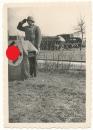 Kompanie Chef einer Panzer Division hinter Pult mit Hakenkreuz Fahne !