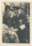 Großadmiral Karl Dönitz gibt Autogrammauf dem Rücken eines Hitlerjungen - Ritterkreuzträger der Kriegsmarine