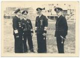 Großadmiral Karl Dönitz mit Offizieren der Kriegsmarine in einem Hafen
