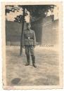 Waffen SS Mann mit Schiffchen Kopfbedeckung