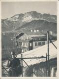 Angehöriger der Leibstandarte Adolf Hitler hält Wache vor einem Gebäude am Obersalzberg in Berchdesgarden