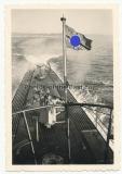 Hakenkreuz Fahne weht über dem U Boot Flak Geschütz auf dem Achterdeck ... !