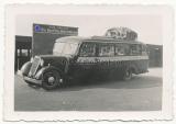 Hitlerjungen im Bus vor einem Schild der deutschen Arbeitsfront