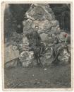 SA Männer mit Dolchen und kleinem Kind an einem Kriegerdenkmal in Thüringen um 1934