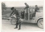 Panzer Hauptmann mit Ritterkreuz vor VW Kübelwagen
