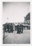 Ritterkreuzträger der Kriegsmarine - Führer der U Boote Großadmiral Karl Dönitz in einem Hafen
