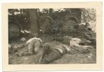 Tote deutsche Soldaten an einem Kübelwagen