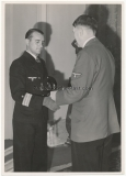 Der Führer Adolf Hitler beglückwünscht den Ritterkreuzträger mit Eichenlaub und Schwertern U Boot Kdt. Reinhard