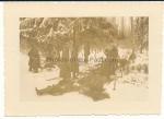 Tote deutsche Soldaten werden an der Ostfront beerdigt
