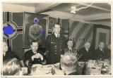 Kriegsmarine U Boot U 608 Kommandant Kapitänleutnant Rolf Struckmeier neben Adolf Hitler Bild und Hakenkreuzfahne