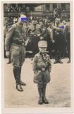 Foto Postkarte Ansichtskarte Adolf Hitler und ein kleiner SA Mann