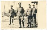 Ritterkreuzträger des Heeres - General Herzog mit Ärzten und Adjutant